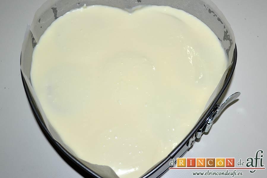 Tarta de limón con galletas sin horno, cubrir con una última capa de crema y refrigerar