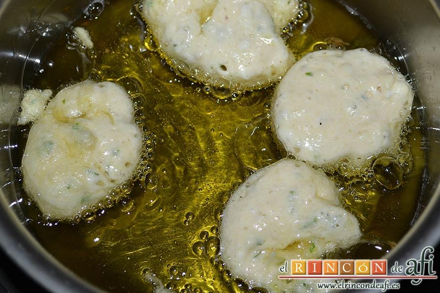 Buñuelos especiados de bacalao, ir friendo porciones de la masa