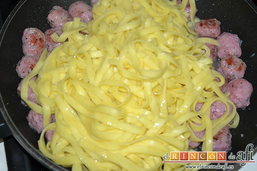 Carbonara de salchichas de Jamie Oliver, cocer la pasta y añadirla en el caldero de las salchichas