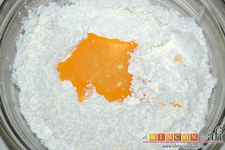 Corn dogs, formar un cráter y añadir el huevo batido