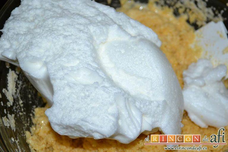 Gâteau de almendra, ir incorporando las claras poco a poco