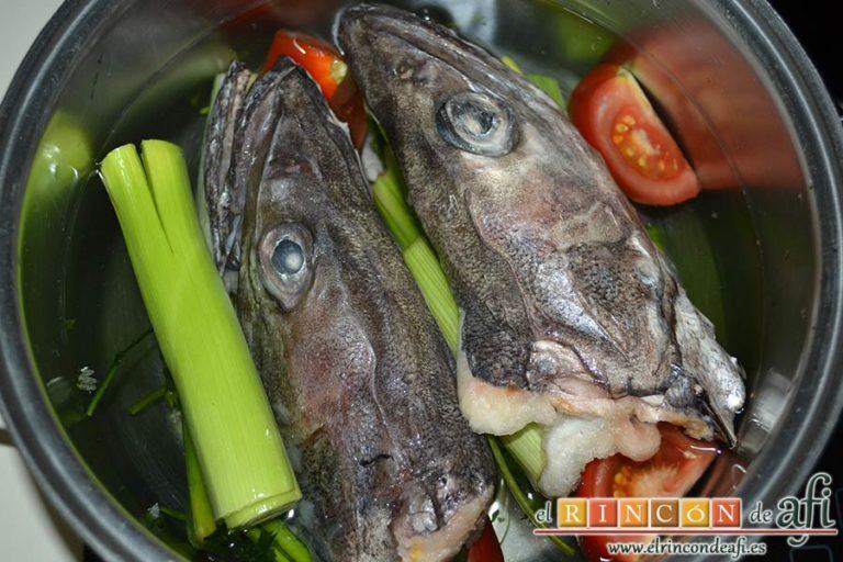 Guiso de fideos y bacalao, preparar el fumé de pescado