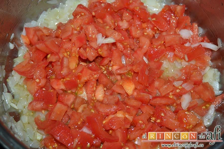 Guiso de fideos y bacalao, añadir los tomates pelados y troceados