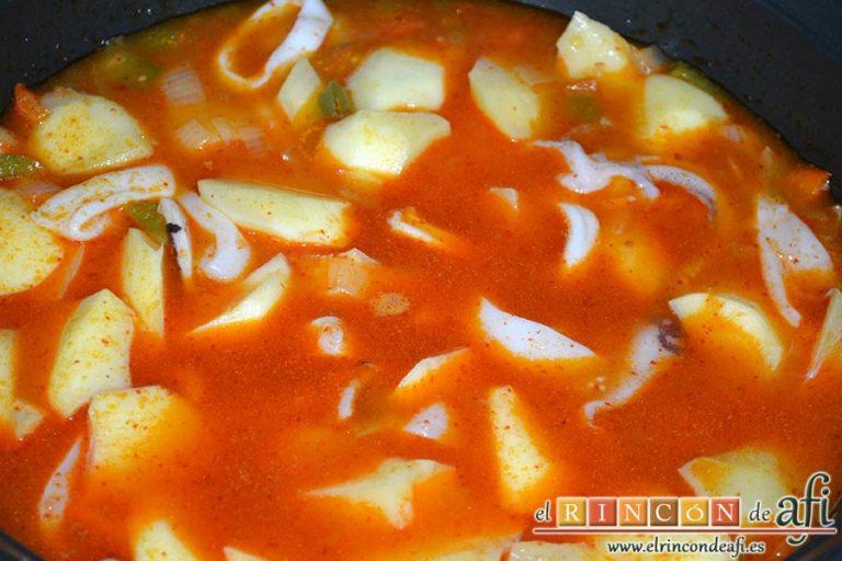 Marmitako de calamares, cubrir de agua los ingredientes