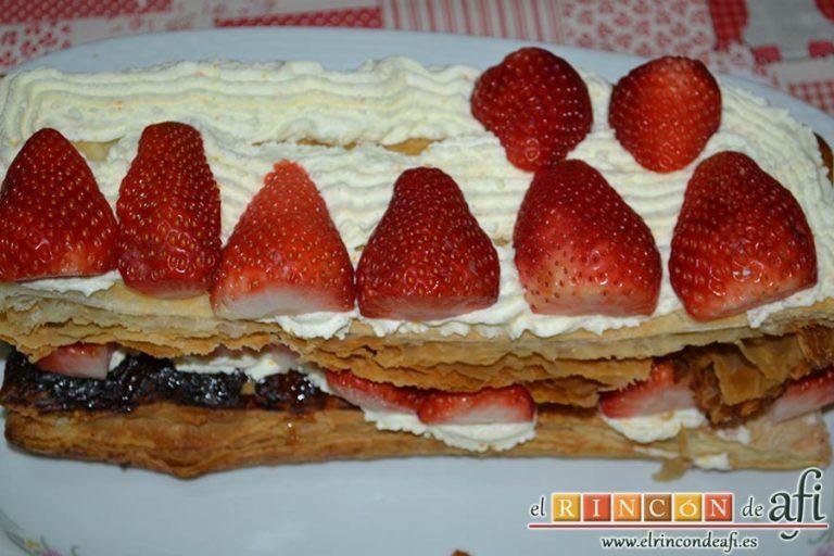 Milhojas de fresas,poner nata, fresas y otra capa de fresas
