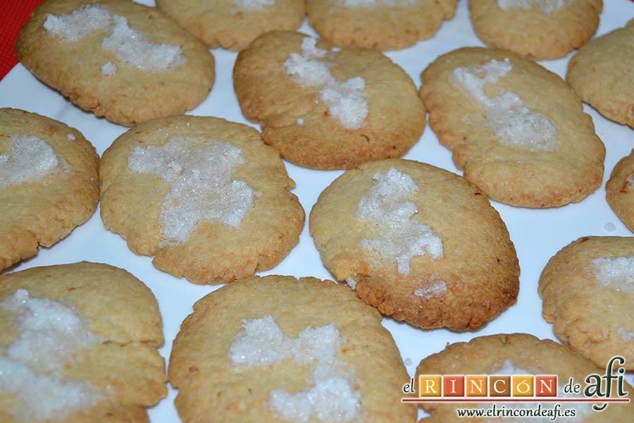 Pastas de almendra de Robledo del Mazo, servir en un plato