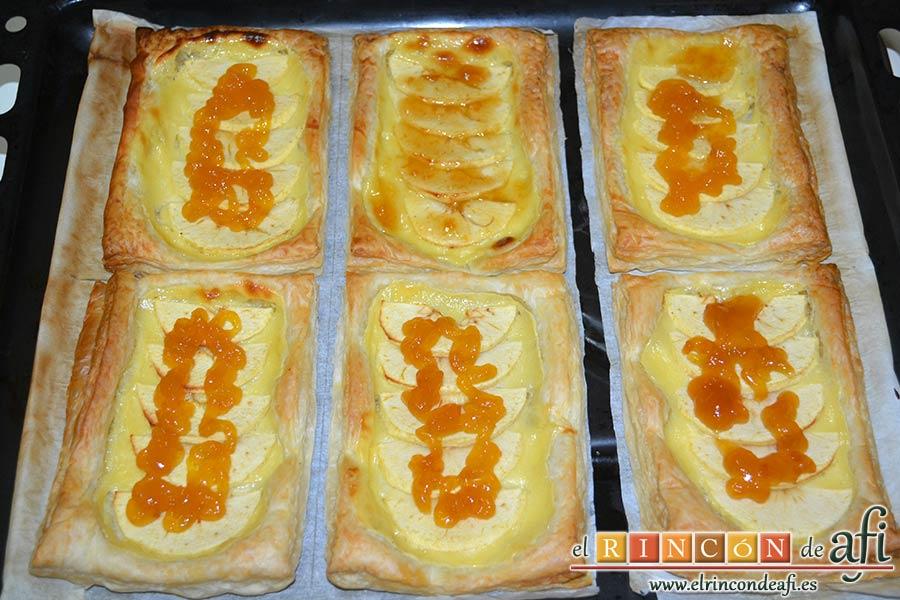 Pasteles de manzana y crema pastelera, cubrir con mermelada de melocotón
