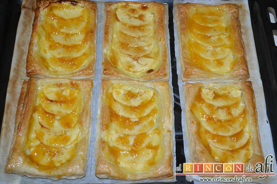 Pasteles de manzana y crema pastelera, extender por encima