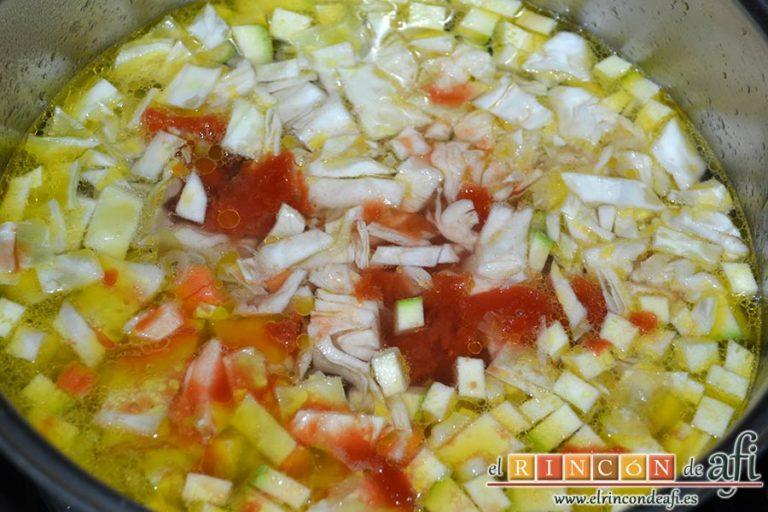 Sopa minestrone estilo El Padrino, añadir el ajo, el caldo, el calabacín, el tomate y la col