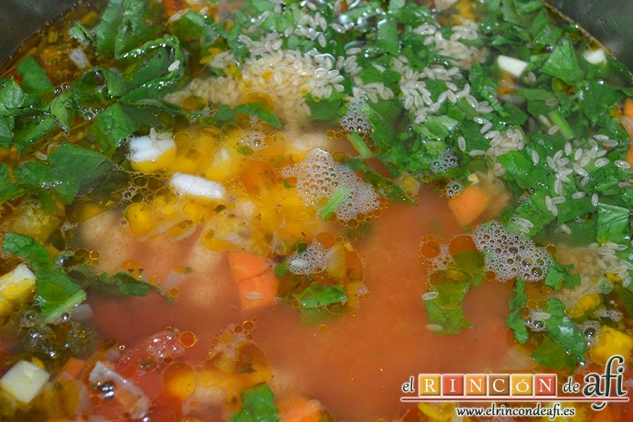Sopa minestrone estilo El Padrino, añadir la pasta, las judías y las espinacas