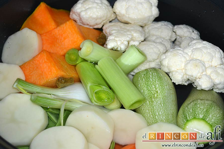 Cocido vegetal con escabeche de tomate seco, cubrir de agua y añadir una pastilla de caldo troceada