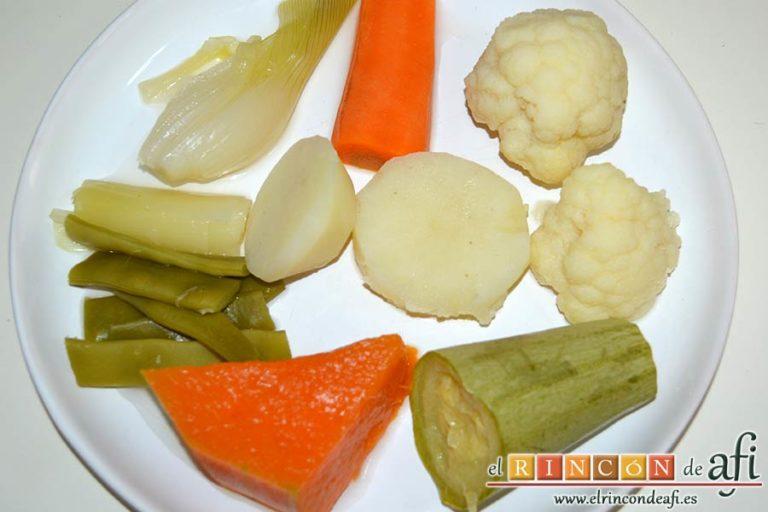 Cocido vegetal con escabeche de tomate seco, emplatar disponiendo las verduras