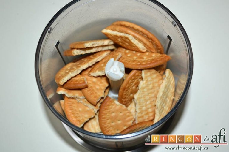 Cuadrados de tarta de queso, poner las galletas en un vaso triturador