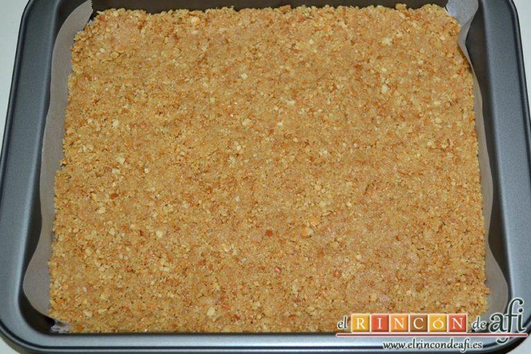 Cuadrados de tarta de queso, forrar un molde de brownie y compactar la base