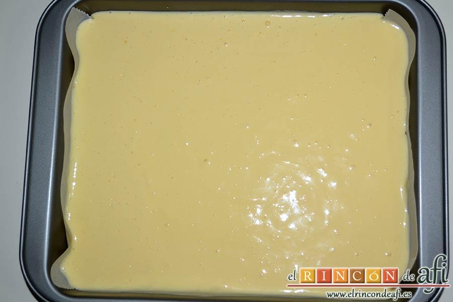 Cuadrados de tarta de queso, verter la mezcla en el molde