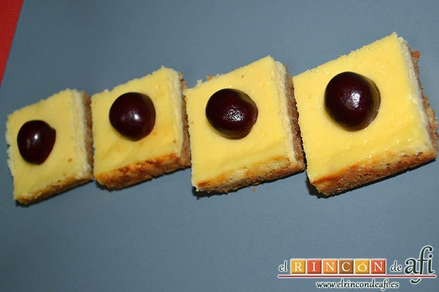 Cuadrados de tarta de queso, decorar con frutas