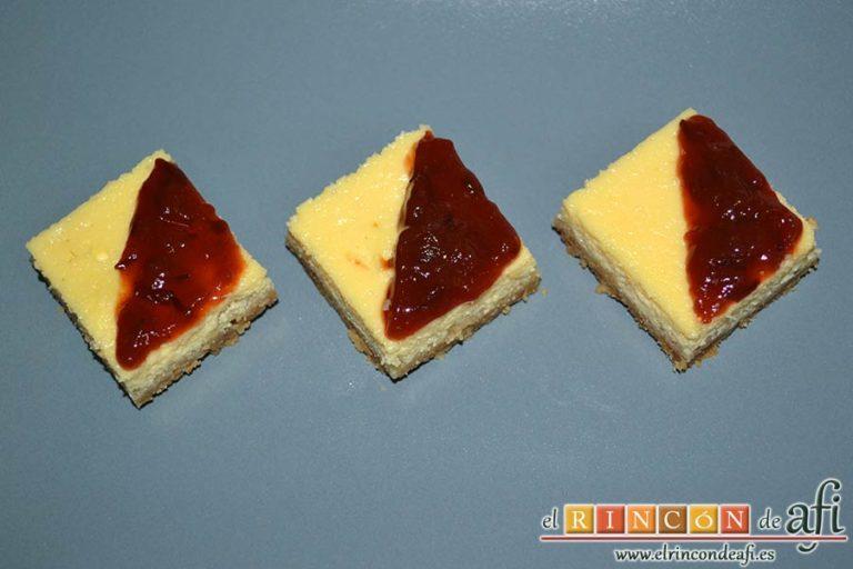 Cuadrados de tarta de queso, decorar con mermelada