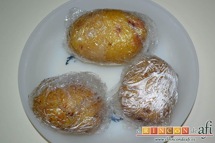 Ensalada de papas y chuletas de Sajonia, asarlas al microondas