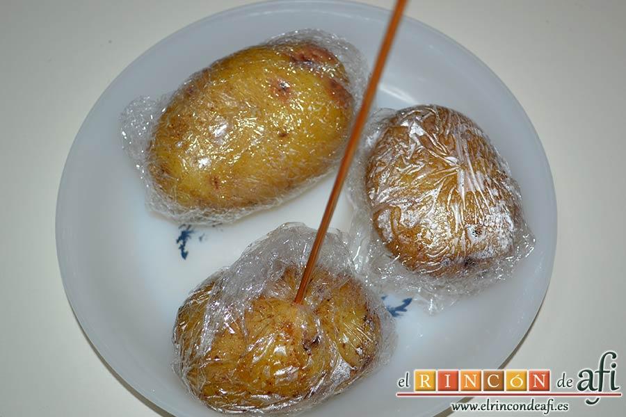 Ensalada de papas y chuletas de Sajonia, pinchar para comprobar que están hechas