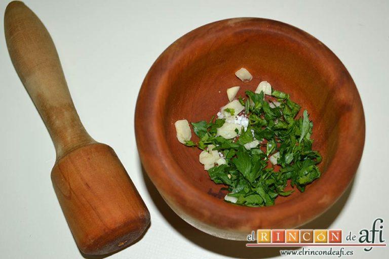Ensalada de papas y chuletas de Sajonia, poner en un mortero los ajos, el perejil y la sal gorda