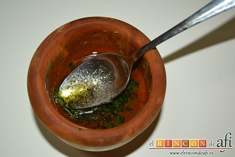 Ensalada de papas y chuletas de Sajonia, machacar y añadir aceite y pimienta molida