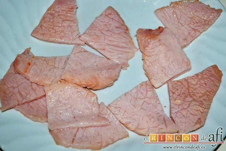 Ensalada de papas y chuletas de Sajonia, retirarlas a un plato para trocearlas