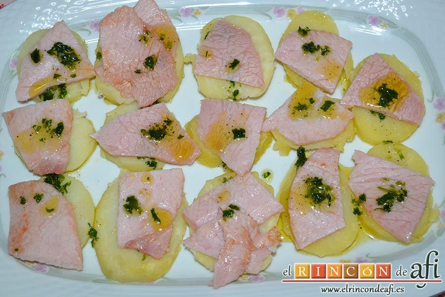 Ensalada de papas y chuletas de Sajonia, verter por encima la otra mitad del aliño