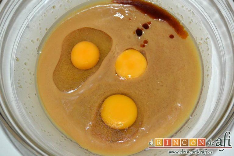 Galletas con chispas de chocolate, agregar los huevos y la esencia de vainilla y mezclar