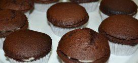 Magdalenas de chocolate negro rellenas de crema de chocolate blanco
