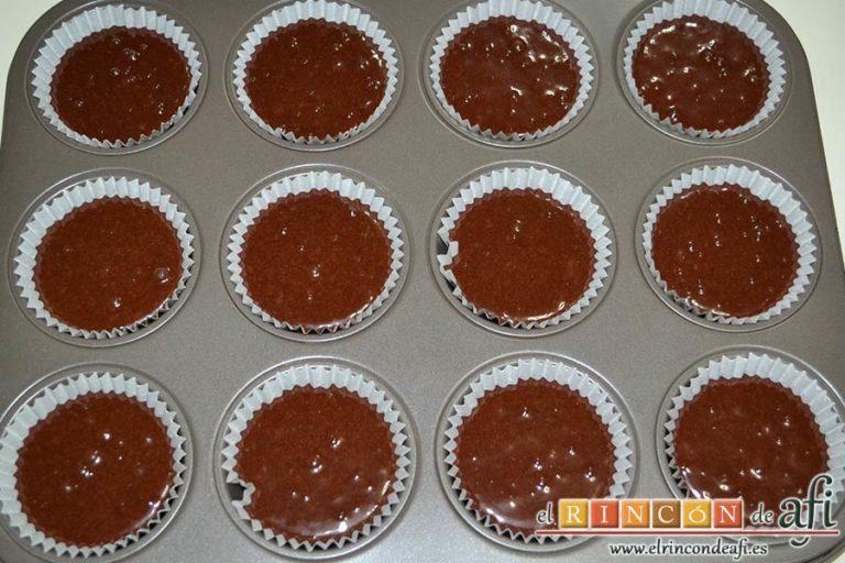 Magdalenas de chocolate negro rellenas de crema de chocolate blanco, rellenar a la mitad las cápsulas