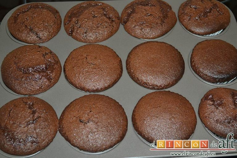 Magdalenas de chocolate negro rellenas de crema de chocolate blanco, hornear