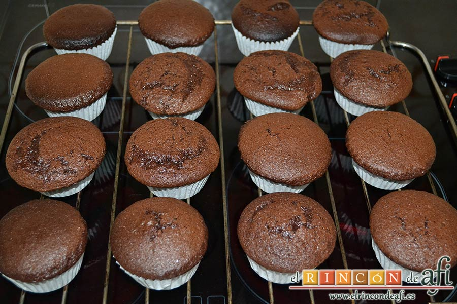 Magdalenas de chocolate negro rellenas de crema de chocolate blanco, dejar enfriar en rejilla