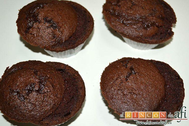 Magdalenas de chocolate negro rellenas de crema de chocolate blanco, cortarlas a la mitad