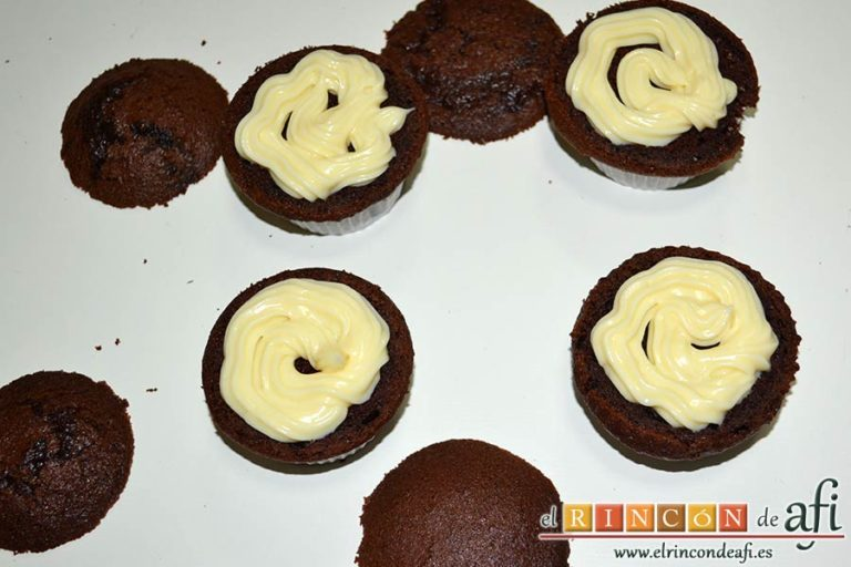 Magdalenas de chocolate negro rellenas de crema de chocolate blanco, rellenarlas con la crema de chocolate blanco