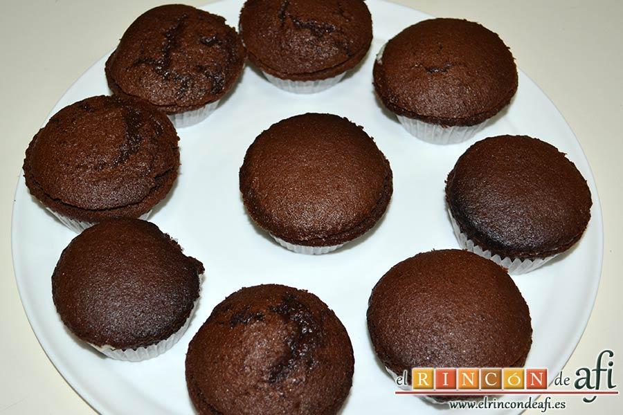 Magdalenas de chocolate negro rellenas de crema de chocolate blanco, volver a taparlas