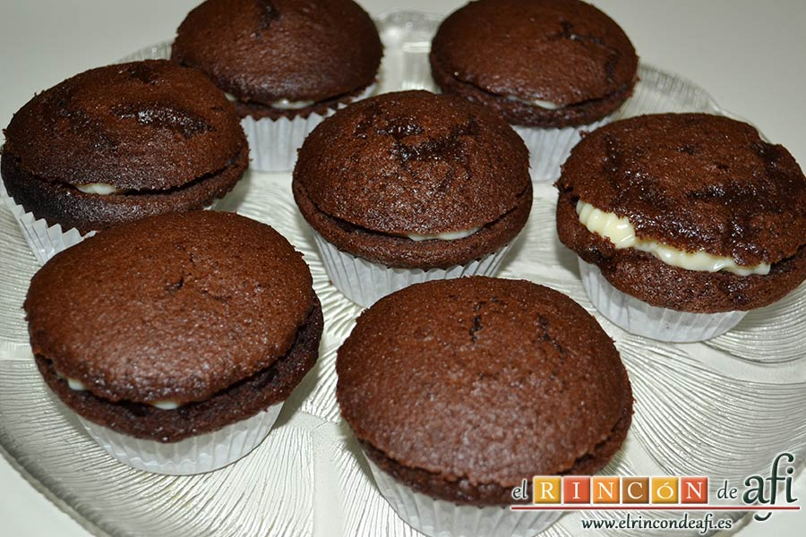 Magdalenas de chocolate negro rellenas de crema de chocolate blanco, colocarlas en la bandeja de presentación