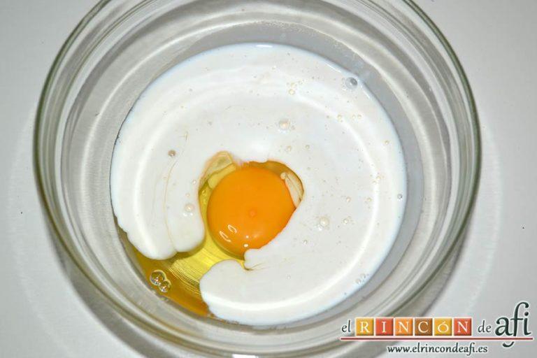 Scones en triángulos rellenos de cerezas, poner los ingredientes líquidos en un bol más pequeño