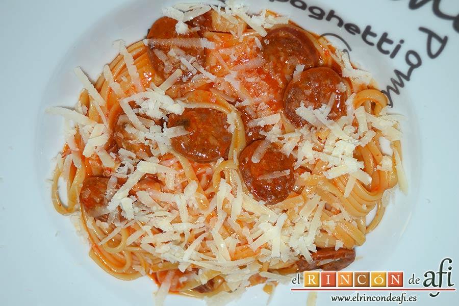 Tallarines con salsa de pimientos rojos y chorizo