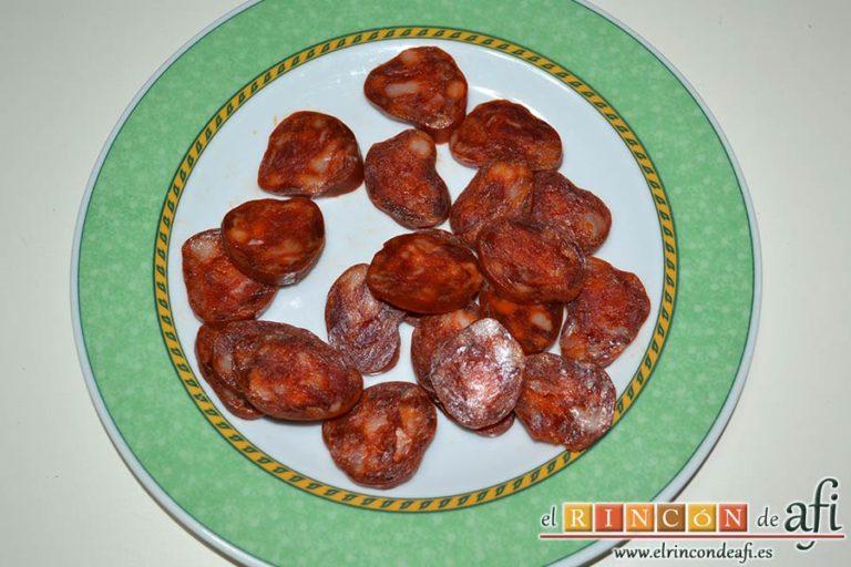 Tallarines con salsa de pimientos rojos y chorizo, trocear en rodajas el chorizo