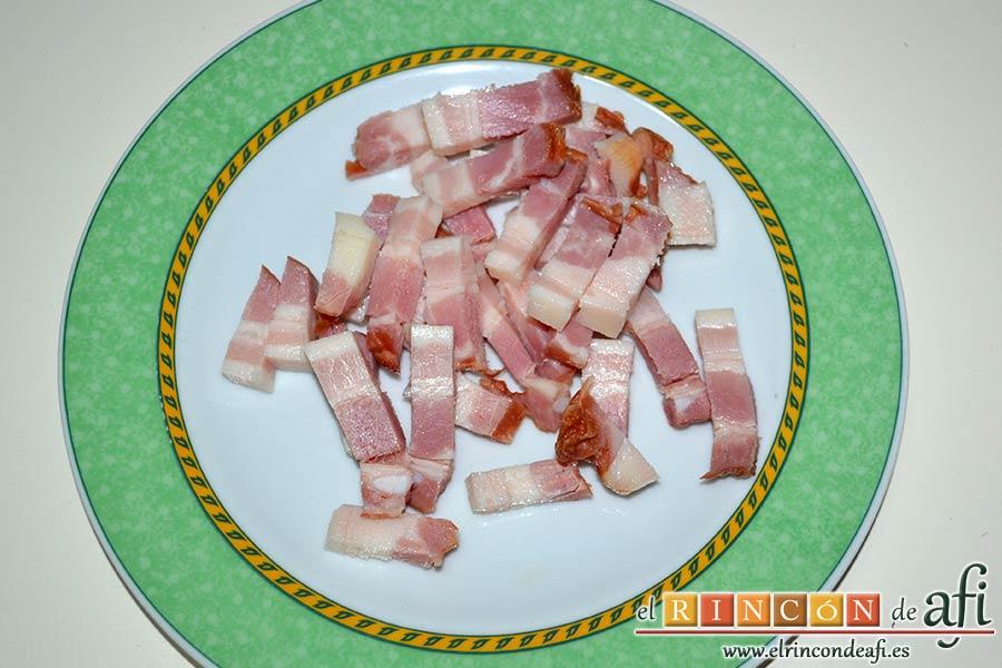 Tallarines con salsa de pimientos rojos y chorizo, trocear el bacon en tiras