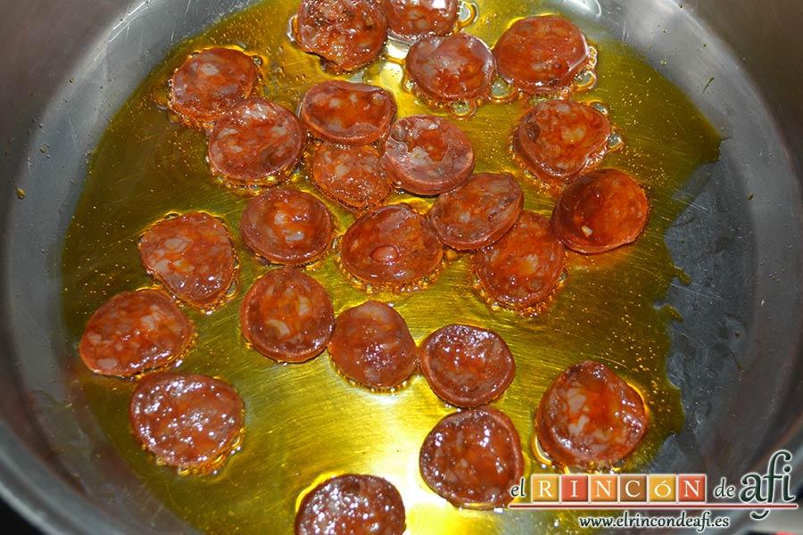 Tallarines con salsa de pimientos rojos y chorizo, sofreír hasta que suelten la grasa