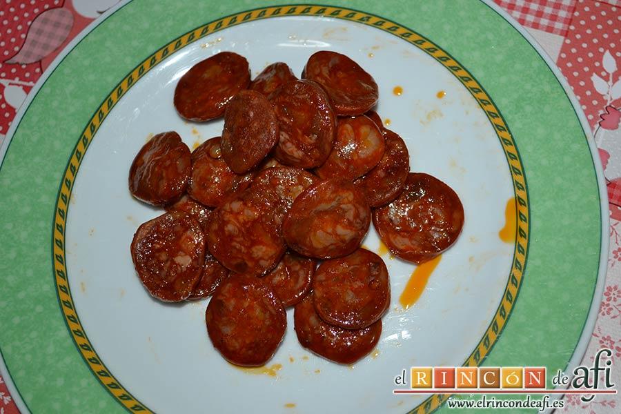 Tallarines con salsa de pimientos rojos y chorizo, reservar en un plato