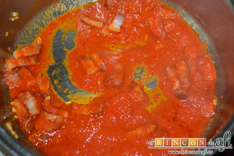 Tallarines con salsa de pimientos rojos y chorizo, revolver bien