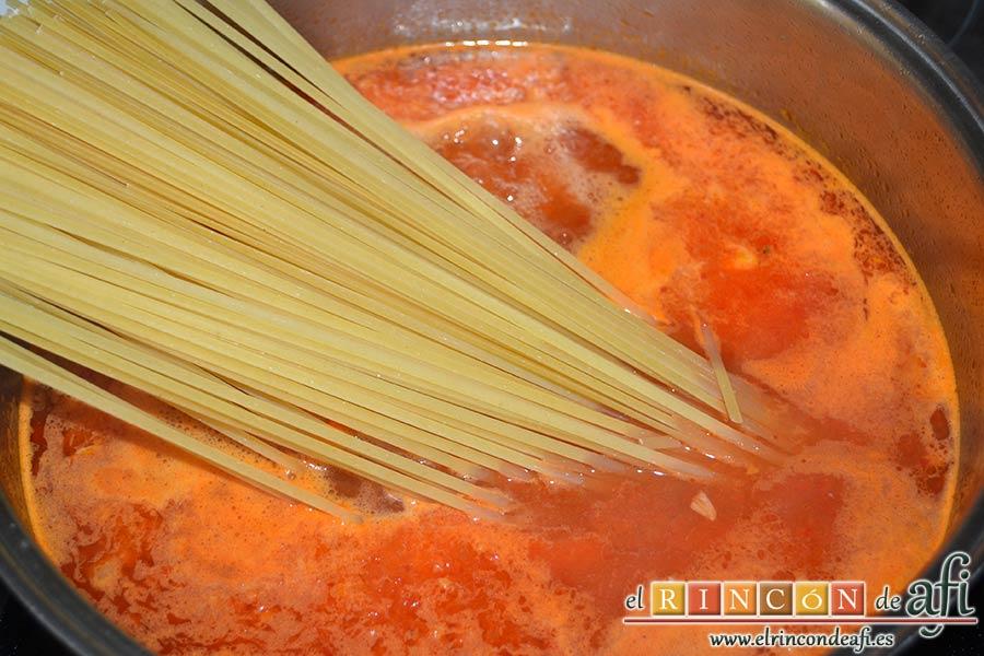 Tallarines con salsa de pimientos rojos y chorizo, añadir los tallarines