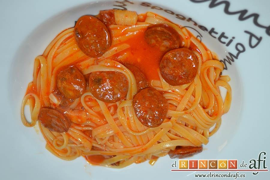 Tallarines con salsa de pimientos rojos y chorizo, emplatar