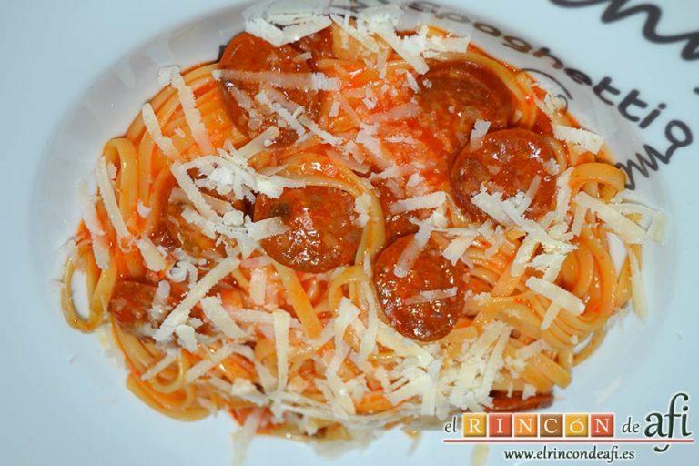 Tallarines con salsa de pimientos rojos y chorizo, sugerencia de presentación