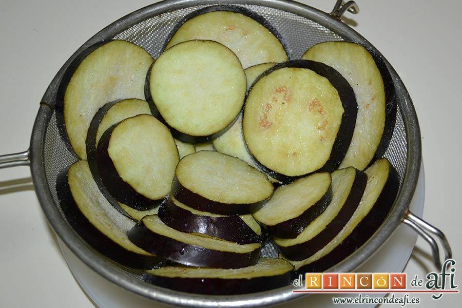 Filetes de vacío de ternera con pimientos rojos y berenjena con miel de caña, ponerlas en un escurridor con sal para quitar el amargor