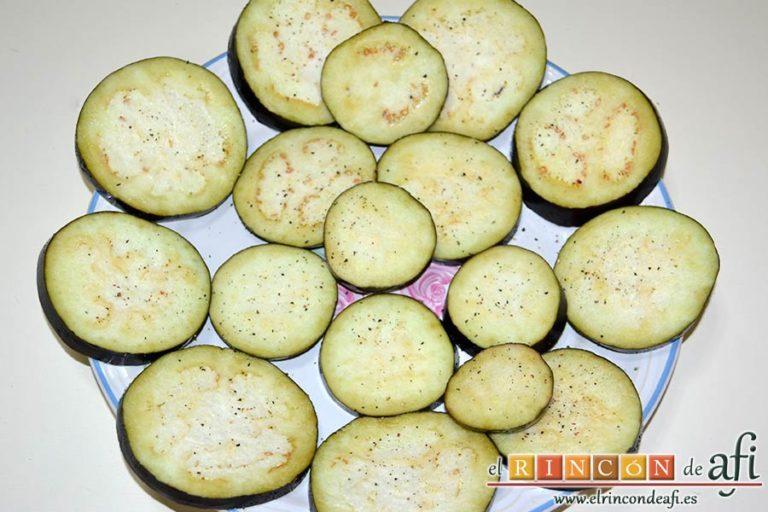 Filetes de vacío de ternera con pimientos rojos y berenjena con miel de caña, espolvorear pimienta molida