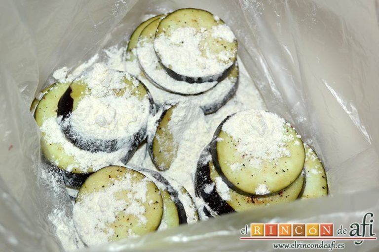 Filetes de vacío de ternera con pimientos rojos y berenjena con miel de caña, pasarlas a una bolsa con un poco de harina