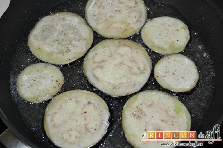 Filetes de vacío de ternera con pimientos rojos y berenjena con miel de caña, freírlas en abundante aceite de girasol